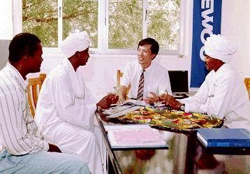 (주)대우(현 대우인터내셔널) 직원들이 바이어와 수출 상담을 하고 있다.