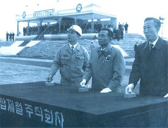 1970년, 포항제철소 1기 고로 착공식 당시 (왼쪽부터)박태준 사장, 박정희 대통령, 김학렬 부총리가 착송 버튼을 누르는 모습(사진= 포스코)