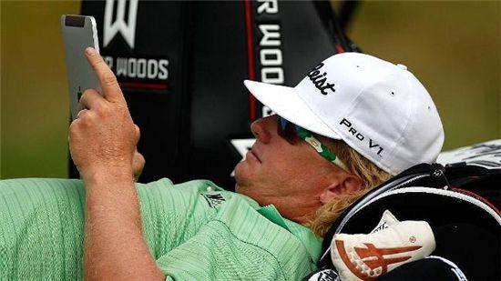 골프선수 찰리 호프만이 기상문제로 PGA챔피언쉽이 연기된 동안 아이패드를 즐기고 있다. (출처:AFP)