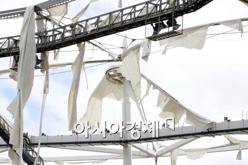 [포토]문학경기장 지붕막 강타한 곤파스