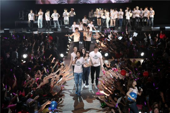 "SM artists performing at the ""SMTOWN LIVE '10 WORLD TOUR"" held at the Staples Center in Los Angeles [SM Entertainment]"