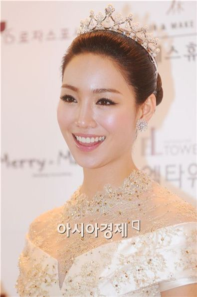 Actress Lee Yu-ri poses at a press conference held ahead of her wedding at the EL Tower in Seoul, South Korea on September 6, 2010. [Lee Ki-bum/Asia Economic Daily]