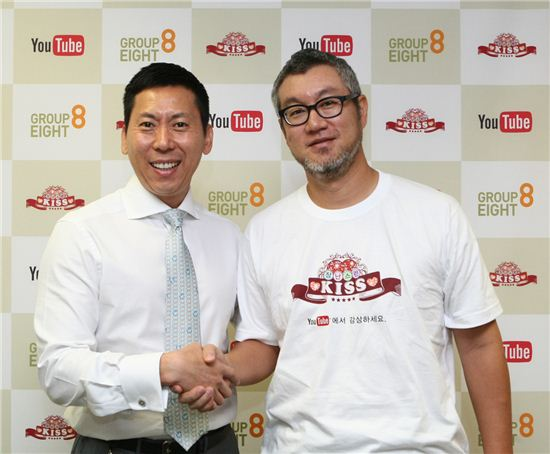 "Google Korea CEO and Managing Director Lee Won-jin (left) and Group 8 CEO Song Byung-joon shake hands at a press conference announcing the production of a YouTube version of TV series ""Naughty Kiss"" held at Google Korea's headquarters in Seoul, South Korea on September 15, 2010. [Group 8]"