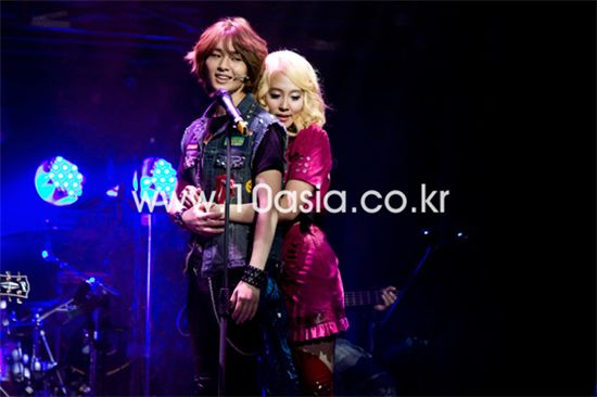 """From left, SHINee member Onew and female singer Dana perform a scene from musical """"Rock of Ages"""" during its press call held at the Olympic Park in Seoul, South Korea on September 16, 2010. [Lee Jin-hyuk/10Asia]"""