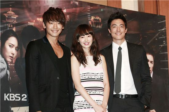 "From left, upcoming KBS TV series ""Fugitive Plan B"" main cast Rain, Lee Na-young and Daniel Henney pose during a photocall of a press conference for the drama held at the Lotte Hotel in Seoul, South Korea on September 27, 2010. [Lee Jin-hyuk/10Asia]"