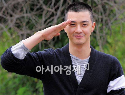 Actor Kim Ji-hoon salutes fans ahead of entering the Nonsan military training camp in the South Chungcheong Province of South Korea on October 4, 2010. [Han Youn-jong/Asia Economic Daily]