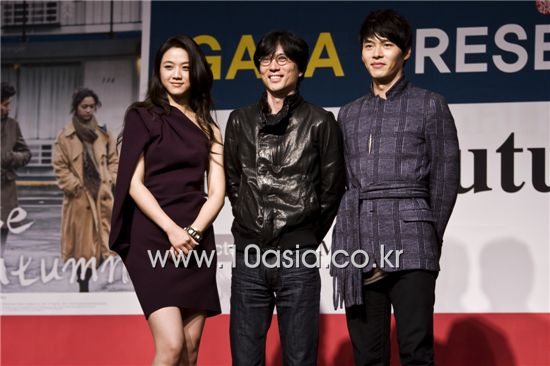 "From left, Chinese actress Tang Wei, Korean director Kim Tae-yong and Korean actor Hyun Bin pose during a photocall of the press conference for film ""Late Autumn"" held at the Cultural Hall in Centum City's Shinsegae Department Store in Busan, South Korea on October 8, 2010. [Chae Ki-won/10Asia]"