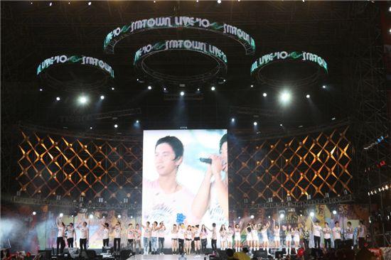 SM Entertainment artists at the SMTOWN LIVE '10 WORLD TOUR [SM Entertainment]