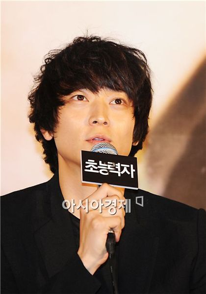 """Actor Ko Soo speaks to reporters during a press conference for film """"Haunters"""" held at a Megabox theater in Dongadaemun of Seoul, South Korea on October 18, 2010. [Park Sung-ki/Asia Economic Daily]"""