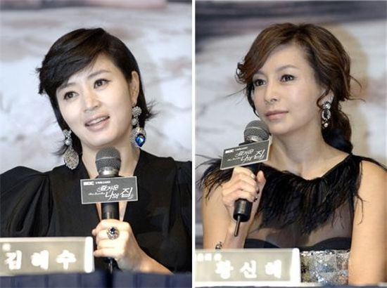 """From left, actresses Kim Hye-soo and and Hwang Cine talk during a press conference for MBC TV seires """"Home Sweet Home"""" at the Grand Hyatt Hotel in Seoul, South Korea on October 19, 2019. [MBC]"""