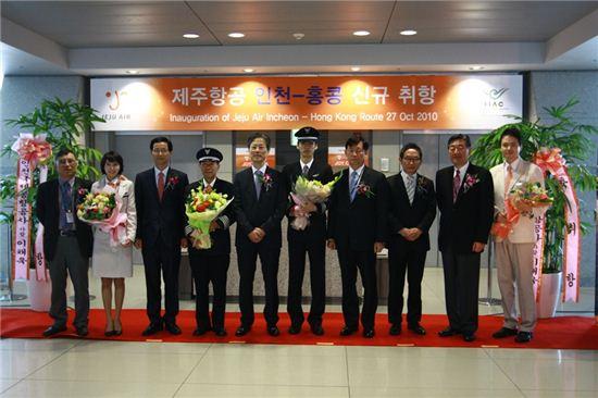27일 오전 인천국제공항에서 열린 제주항공의 인천~홍콩 신규 취항 기념식에서 김종철 제주항공 대표이사(왼쪽에서 다섯번째)와 참석자들이 기념 촬영하고 있다.