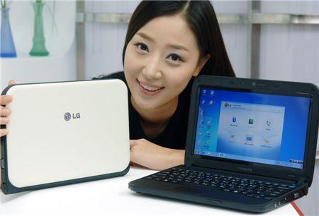 LG전자 모델이 신형 넷북 'X170'을 선보이고 있다.