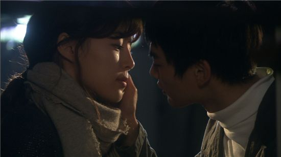 "Kissing scene between actress Han Ji-hye and SHINee member Mino from ""Pianist"" [ZOOM]"