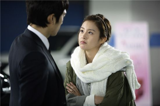 "Korean actor Song Seung-hun (left) and actress Kim Tae-hee (right) on the set of upcoming drama ""My Princess"" [MBC]"