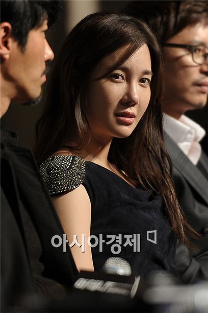 """Actress E Ji-ah takes part in the press conference for upcoming SBS TV series """"Athena"""" held at the Sheraton Walker Hill Hotel in Seoul, South Korea on November 30, 2010. [Lee Ki-bum/Asia Economic Daily]"""