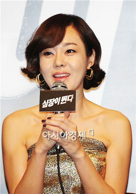 "Actress Kim Yun-jin speaks during a press conference for upcoming suspense thriller ""Heartbeat"" held at a Lotte Cinema in Seoul, South Korea on December 23, 2010. [Park Sung-ki/Asia Economic Daily]"
