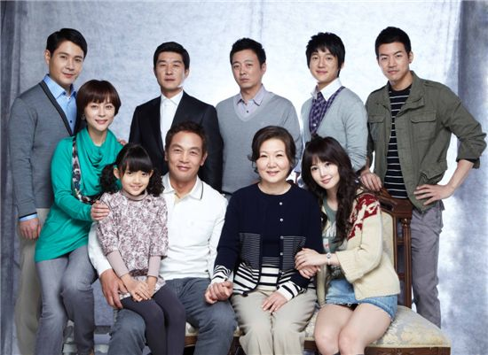 "Family photo of cast of ""Life is Beautiful"" [SBS]"