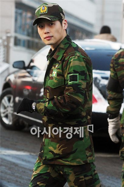 Actor Kim Jae-won appears in front of his fans and the media after being discharged from the military's Defense Media Agency of the National Defense Ministry in Seoul, South Korea on January 24, 2011. [Lee Ki-bum/Asia Economic Daily]