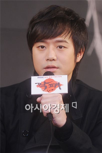 """Chun Jung-myung speaks at the press conference for MBC TV series """"The Duo"""" held in Seoul, South Korea on January 31, 2011. [Lee Ki-bum/Asia Economic Daily]"""