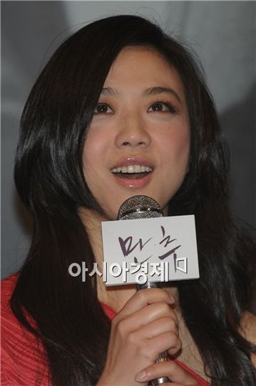 "Chinese actress Tang Wei speaks during the press conference of film ""Late Autumn"" in Seoul, South Korea on February 10, 2011. [Lee Ki-bum/Asia Economic Daily]"