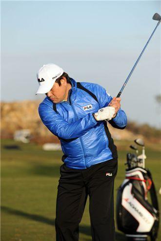 <사진1> 양준혁 선수의 백스윙 장면(X). 몸통 회전은 되지 않는 상태에서 양팔이 심하게 굽어져 있다.