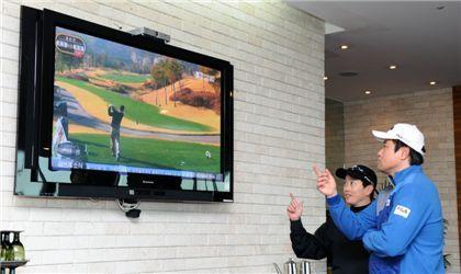 <사진2> 양준혁 선수가 TV를 통해 샷에 대한 정보를 습득하고 있다.