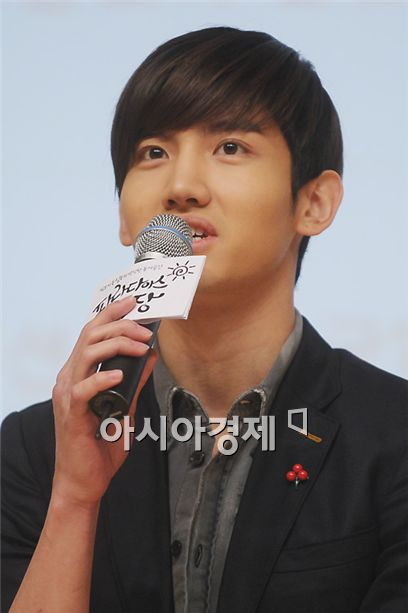 """TVXQ member Shim Changmin speaks at the wrap-up event for SBS TV series """"Paradise Farm"""" held in Seoul, South Korea on March 15, 2011. [Lee Ki-bum/Asia Economic Daily]"""