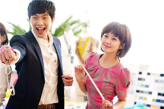 "Korean actor Choi Daniel (left) Hallyu star Jang Nara (right) on the set of upcoming KBS drama ""Baby Faced Beauty."" [EM.COM]"
