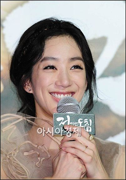 "Actress Jung Ryeo-won speaks at the press conference of her film ""In Love and the War"" held in Seoul, South Korea on April 12, 2011. [Park Sung-ki/Asia Economic Daily]"