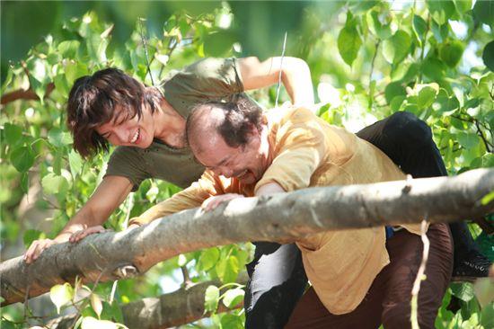 "Korean actors Lee Min-ho and Kim Sang-ho on a tree for upcoming SBS TV series ""City Hunter."" [3HW]"