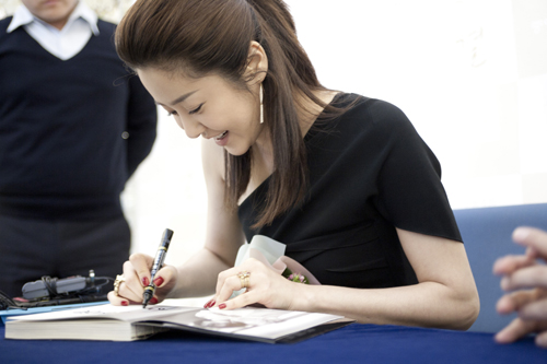 Actress Ko Hyun-jung signs autographs during the book publishing ceremony on April 29, 2011. [Pure Company]