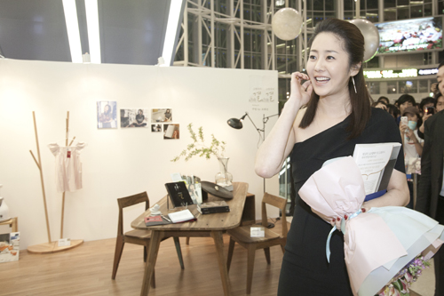 Actress Ko Hyun-jung looking around the show room that replicated her own room at home on Friday, April 29, 2011 [Pure Company]