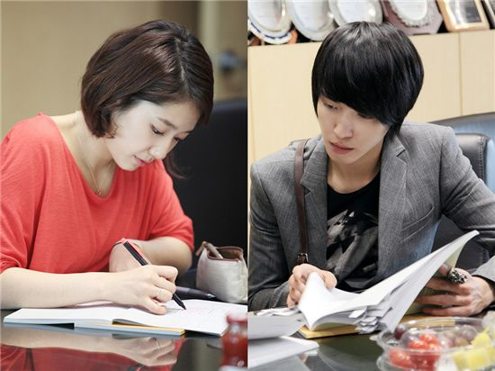 "Korean actress Park Shin-hye (left) and CNBLUE leader Jung Yong-hwa (right) at the reading for MBC's ""You Have Fallen For Me"" on May 2, 2011. [Tree J. Company]"