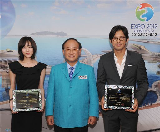 From left, actress Kim Hyo-jin, Yeosu Mayor Kim Chung-seog and actor Oh Ji-ho at the ceremony appointing the two celebrities as promotional ambassador for the city of Yeosu in the South Jeolla Province, South Korea on July 3, 2011. [YTree Media]