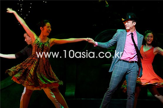 "Lee Yong-woo (left) and another member of the cast for musical ""Guys and Dolls"" dance at a press call for the musical held in Seoul, South Korea on August 3, 2011. [Lee Jin-hyuk/10Asia]"