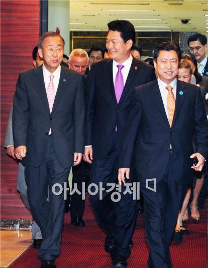 지난 9일 김포공항을 통해 입국한 반기문 유엔 사무총장이 송영길 인천시장과 나란히 걷고 있다. 사진제공=인천시