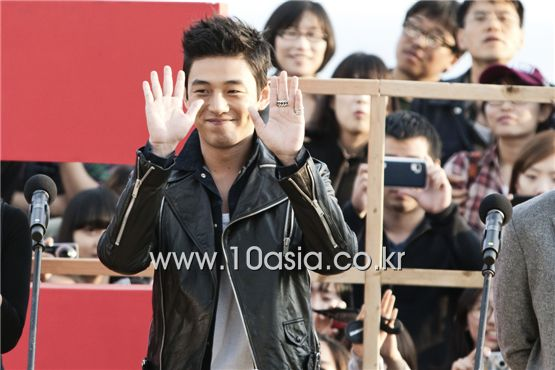 "Yoo A-in waves to fans at the outdoor greeting event for his film ""Punch"" held at the 16th Busan International Film Festival in Busan, South Korea on October 9, 2011. [Lee Jin-hyuk/10Asia]"