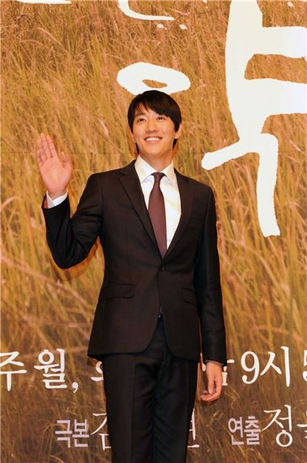 "Actor Kim Rae-won attends the press conference for his upcoming TV series ""Thousand Days Promise"" held in Seoul, South Korea on October 11, 2011. [SBS]"