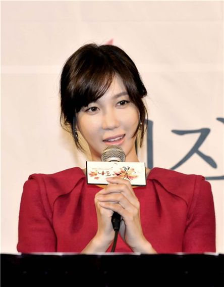 """Actress E Ji-ah attends the press conference for upcoming TV series """"Flower, Me Too"""" (translated title) held in Seoul, South Korea on October 31, 2011. [MBC]"""