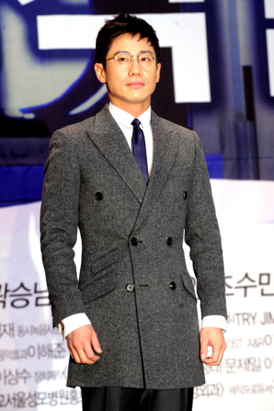 "Actor Shin Ha-kyun poses during a press conference for upcoming medical TV series ""Brain"" held in Seoul, South Korea on November 8, 2011. [KBS]"