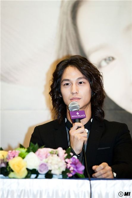 "Actor Kim Beom speaks during the press conference for new broadcasting station jTBC's TV series ""Padam Padam"" held in Seoul, South Korea on November 30, 2011. [Baggat]"