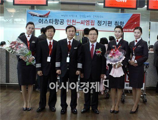 박수전 이스타항공 대표(좌측 네번째) 와 운항승무원들이 인천~씨엠립 정기편 취항을 기념하는 행사를 갖고 있다.
