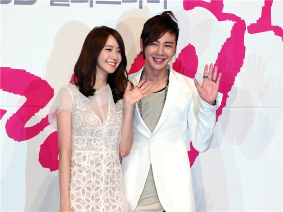 "Yoona (left) and Jang Keun-suk (right) are posing at the press conference for KBS' TV series ""Love Rain"" held in Seoul, South Korea on March 22, 2012. [YTree Media]"