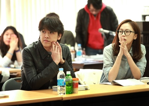 """Ryu Si-won (left) and Hong Soo-hyun (right) during the 1st script reading for Channel A's """"Good-bye Wife"""" [Bliss Media]"""