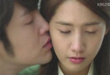 "Screenshot of Jang Keun-suk (left) and Yoona (right) in TV series ""Love Rain"" [KBS]"