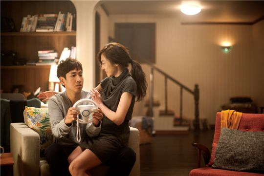 """Lee Sun-kyun (left) and Lim Soo-jung (right) from """"All About My Wife"""" [1stLook]"""