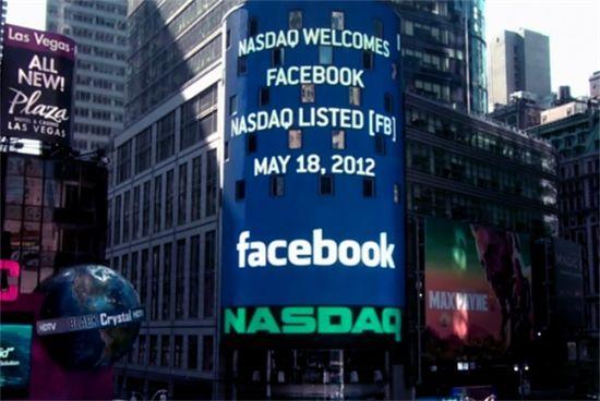나스닥은 타임스퀘어에 위치한 사무실 외곽의 초대형 전광판을 통해 상장사들의 로고를 선보인다. 사진은 페이스북 상장을 환영하는 나스닥 전광판의 모습이다.