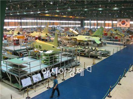 T-50을 조립하고 있는 한국항공우주산업의 사천공장