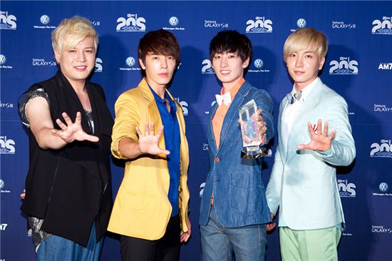 Super Junior's Shindong (left), Donghae (second to left), Eunhyuk (second to right) and Leeteuk (right) standing in front of the photo wall at the sixth Mnet 20's Choice Awards on June 28 [Mnet]