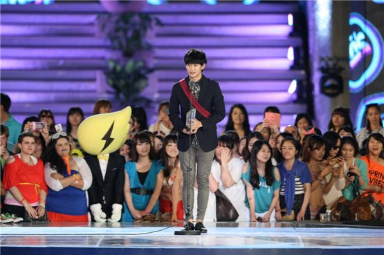 Actor Kim Soo-hyun during his acceptance speech at the 6th Mnet 20's Choice Awards held at the Banyan Tree Club & Spa Seoul in Seoul, South Korea on June 28, 2012. [Mnet]